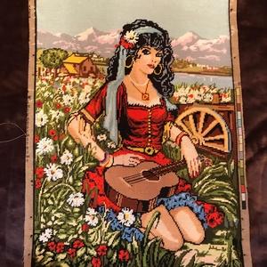 Gobelin - kész / cigánylány, Gobelin, Textil, Művészet, Hímzés, Varrás, Tarott kártyák illusztrációját idéző cigány/roma/zenész/muzsikus lány/nő, mutatós piros ruhában gitá..., Meska