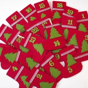 Adventi naptár, Dekoráció, Otthon & lakás, Ünnepi dekoráció, Karácsony, Adventi naptár, Varrás, Piros csizmácskák filcből, pelenkaöltéssel kézzel öltögetve. Zöld fenyők, kockás szalag és a szám dí..., Meska