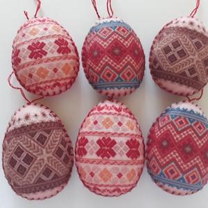 Népies húsvéti filc tojások 6 db- os csomag, Dekoráció, Otthon & lakás, Húsvéti díszek, Ünnepi dekoráció, Varrás, Hangulatos tojáskák filcből, kézzel szegett, flízzel tömött. Eleje- háta egyforma.\nMéret: 5,5 cm x 7..., Meska