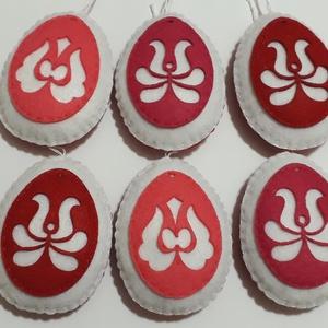 Tulipános tojások 6 db- os csomag, Dekoráció, Otthon & lakás, Ünnepi dekoráció, Húsvéti díszek, Varrás, Fehér és piros filc alapra dolgozott filc tojás motívumok, csak egyik oldalon mintás. Flízzel tömtem..., Meska