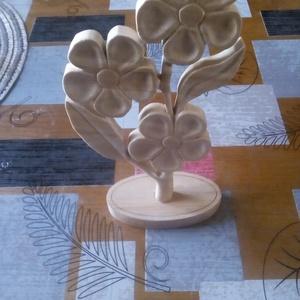 Faragott fa Virág asztal dísz, dekoráció, Otthon & Lakás, Dekoráció, Asztaldísz, Virág formájú dekoráció, mely feldobja asztalod hangulatát! Anyaga hársfa,biolakkal felület kezelve...., Meska