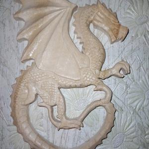 Faragott sárkány fali dísz, Otthon & Lakás, Dekoráció, Falra akasztható dekor, Hársfából faragott sárkány fali dísz. Biolakkal kezelve! Méretei: 17cmx14cm, Meska