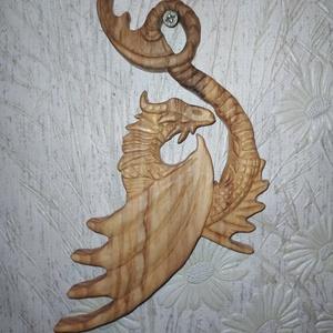 Faragott sárkány fali dísz, Otthon & Lakás, Dekoráció, Falra akasztható dekor, Hársfából faragott fali dísz,mely feldobja otthonod hangulatát Méretei 19cm x 11cm , Meska