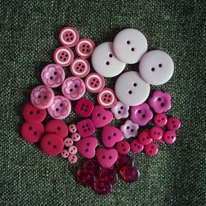 Gyönyörű rózsaszín műanyag gomb válogatás 50 db, Dekorációs kellékek, Gomb, Mindenmás, Varrás, Gomb, Rózsaszín műanyag gombok csomagban vegyes méretben és formában\nMérete: 6 mm - 23 mm\n50 db/ csomag\n\nÁ..., Meska