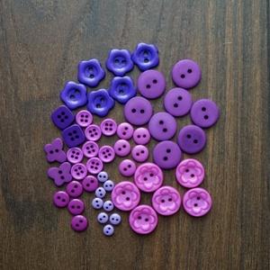 Levendula gombválogatás 50 db műanyag gombból, Dekorációs kellékek, Gomb, Mindenmás, Varrás, Gomb, Lila színű műanyag gombok csomagban vegyes méretben és formában\nMérete: 6 mm - 15 mm\n50 db/ csomag\n\n..., Meska