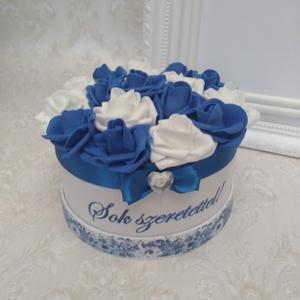 Virágbox egyedi felirattal, Dekoráció, Otthon & lakás, Ünnepi dekoráció, Ballagás, Esküvő, Decoupage, transzfer és szalvétatechnika, Virágkötés, Fehér dobozt dekupázs technikával dekoráltam.\nApró virágmintás, színben a virágokkal harmonizáló sze..., Meska