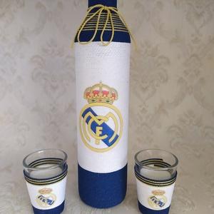 Zsinórozott üveg, focis, Real Madrid, Dekoráció, Otthon & Lakás, Decoupage, transzfer és szalvétatechnika, Virágkötés, Zsinórozott pálinkás üveg, két darab pohárral foci rajongóknak.\nA címer fölé név kérhető, illetve az..., Meska