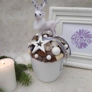 Karácsonyi dísz, szarvassal, Karácsony, Karácsonyi dekoráció, Otthon & lakás, Dekoráció, Lakberendezés, Asztaldísz, Virágkötés, Karácsonyi dísz, asztaldísz.\nKerámia kaspóba terméseket, fehér csillámos gömböket pakoltam, közepébe..., Meska