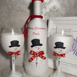 Zsinórozott szett karácsonyra, Karácsonyi dekoráció, Karácsony & Mikulás, Otthon & Lakás, Decoupage, transzfer és szalvétatechnika, Boros üveg poros pohárral karácsonyra.\nFehér zsinórral tekertem az üveget és a poharakat. Hóemberrel..., Meska
