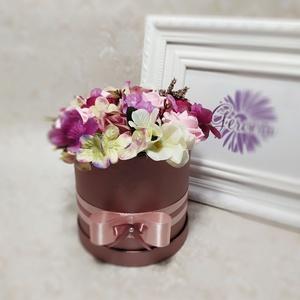 Virágbox, vegyes virágból , Otthon & lakás, Dekoráció, Ünnepi dekoráció, Anyák napja, Ballagás, Esküvő, Meghívó, ültetőkártya, köszönőajándék, Virágkötés, Sok-sok virág, élénk színek, elegáns mályva virágbox, selyemszalag ... Csodálatos ajándék szerettedn..., Meska