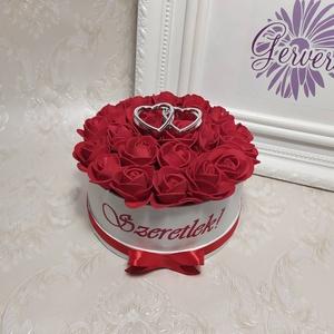 """Szeretlek virágbox, Otthon & lakás, Dekoráció, Ünnepi dekoráció, Anyák napja, Szerelmeseknek, Virágkötés, Mini virágbox piros apró habrózsákkal,  két \""""ezüst\"""" szívvel a közepén, oldalán szeretlek felirattal,..., Meska"""