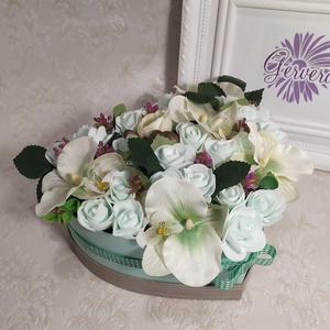 Menta szív virágbox, Otthon & Lakás, Dekoráció, Csokor & Virágdísz, Virágkötés, Lepd meg szerettedet egy doboz menta színvilágú virággal.\nEbbe a különleges menta virágboxba polifón..., Meska