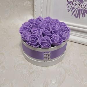 Mini virágbox lila, Csokor & Virágdísz, Dekoráció, Otthon & Lakás, Virágkötés, Mini virágbox lila apró habrózsákkal lila selyem szalaggal átkötve.\nAnyák napjára, szülinapra...\nátm..., Meska