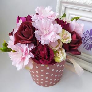 Virágbox, pöttyös, mályva, Csokor & Virágdísz, Dekoráció, Otthon & Lakás, Virágkötés, Elegáns virágdobozban, élethű, prémium minőségű selyemvirágok. Különleges ajándék lehet minden alkal..., Meska