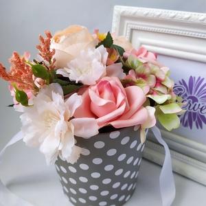 Virágbox, pöttyös, szürke, Otthon & Lakás, Dekoráció, Csokor & Virágdísz, Virágkötés, Elegáns virágdobozban, élethű, prémium minőségű selyemvirágok. Különleges ajándék lehet minden alkal..., Meska