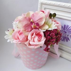 Virágbox, pöttyös, rózsaszín, Otthon & Lakás, Dekoráció, Csokor & Virágdísz, Virágkötés, Elegáns virágdobozban, élethű, prémium minőségű selyemvirágok. Különleges ajándék lehet minden alkal..., Meska