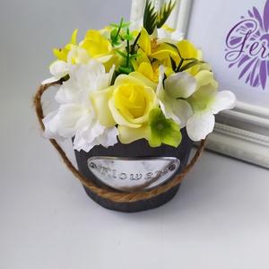 Sárga rózsa dézsában, Csokor & Virágdísz, Dekoráció, Otthon & Lakás, Virágkötés, Pici fadézsában, élethű, prémium minőségű selyemvirágok. Különleges ajándék lehet minden alkalomra, ..., Meska