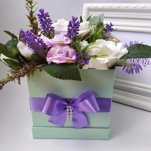 Szógletes virágbox, rózsa és levendula, Otthon & Lakás, Dekoráció, Csokor & Virágdísz, Virágkötés, Szögletes dobozban, élethű, prémium minőségű selyemvirágok. Különleges ajándék lehet minden alkalomr..., Meska