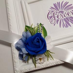 Csuklódísz kék, Esküvő, Esküvői ékszer, Esküvői csokor, Hajdísz, ruhadísz, Virágkötés, Prémium minőségű, élethű selyem virágból készítettem.\nEgyedi, elegáns kiegészítő.\nÁrmérője:9 cm\nA sz..., Meska