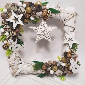 Kopogtató, szögletes, csilaggal, Karácsony & Mikulás, Karácsonyi kopogtató, Virágkötés, Formabontó kopogtató. Fehérre festett vesszőalapra készítettem a kopogtatót. Termésekkel, csillog go..., Meska