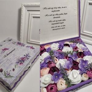 Virágos doboz édesanyáknak, lila, Otthon & Lakás, Dekoráció, Asztaldísz, Decoupage, transzfer és szalvétatechnika, Virágkötés, Fa dobozban gyönyörű élethű virágok, egyedi felirattal, tökéletes ajándék édesanyádnak, hogy kifejez..., Meska