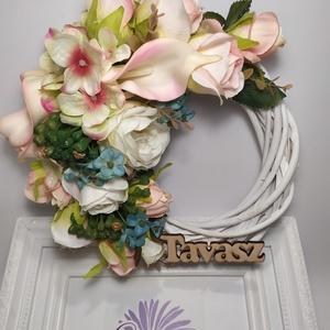 """Tavasz, kopogtató, Otthon & Lakás, Dekoráció, Ajtódísz & Kopogtató, Virágkötés, Fehér vessző alapra készült kopogtató. Gyönyörű selyemvirágokkal díszítettem, \""""tavasz\""""felirattal.\nMé..., Meska"""