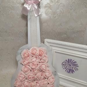 Gitár virágbox, rózsaszín rózsával, Otthon & Lakás, Dekoráció, Asztaldísz, Virágkötés, Gitár alakú márvány mintás virágdoboz rózsaszín habrózsákkal, gyönggyel, selyem szalaggal.\nMérete:48..., Meska