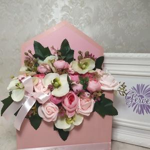 Boríték alakú virágbox, orchidea, rózsa, boglárka, Esküvő, Emlék & Ajándék, Szülőköszöntő ajándék, Virágkötés, Boríték alakú virág doboz selyemvirágokkal, habrózsával.\nAnyák apjára, születésnapra, névnapra, ball..., Meska