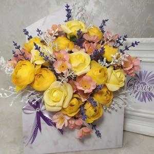 Boríték alakú virágbox, sárga, Esküvő, Emlék & Ajándék, Köszönőajándék, Virágkötés, Boríték alakú virág doboz selyemvirágokkal, habrózsával.\nAnyák apjára, születésnapra, névnapra, ball..., Meska