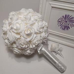 Menyasszonyi csokor, extra gömb , Esküvő, Menyasszonyi- és dobócsokor, Menyasszonyi- és dobócsokor, Virágkötés, Fehér habrózsából készítettem gömbcsokrot, fehér gyönggyel díszítettem.\nVőlegénykitűzőt küldök hozzá..., Meska