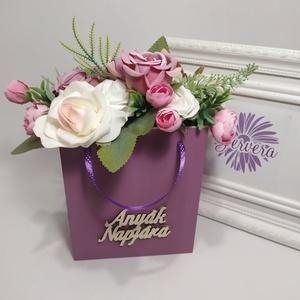 """Anyák napjára, virágok fa táskában, lila rózsa, Otthon & Lakás, Dekoráció, Csokor & Virágdísz, Virágkötés, Fa táskát lefestettem, \""""Anyák napjára\"""" feliratot ragasztottam rá, vegyes selyem virágokkal( boglárka..., Meska"""
