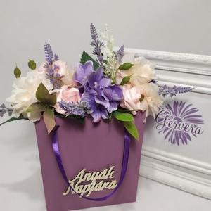 """Virágok fa táskában, \""""Anyák napjára\"""", vegyes virággal, Otthon & Lakás, Dekoráció, Csokor & Virágdísz, Virágkötés, Fa táskát lefestettem, \""""Anyák napjára\"""" feliratot ragasztottam rá, vegyes selyem virágokkal( hortenzi..., Meska"""