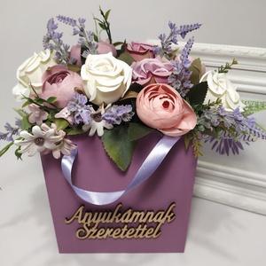 """Anyukámnak szeretettel, virágok fa táskában. nagy, Otthon & Lakás, Dekoráció, Csokor & Virágdísz, Virágkötés, Fa táskát lefestettem, \""""Anyukámnak szeretettel\"""" feliratot ragasztottam rá, vegyes selyem virágokkal(..., Meska"""