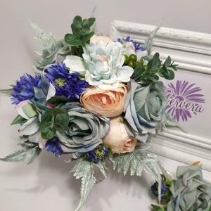 Menyasszonyi csokor, Esküvő, Menyasszonyi- és dobócsokor, Virágkötés, Vegyes selyemvirágból készült menyasszonyi csokor. \nAjándék vőlegény kitűzővel.\nÁtmérője:20 cm a kil..., Meska
