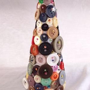 színes gomb fa_1, Otthon & Lakás, Karácsony & Mikulás, Karácsonyi dekoráció, Mindenmás, Hungarocell anyagú kúp, színes gombokkal díszítve. Magassága 20 cm, az alap átmérője 9 cm, súlya 150..., Meska