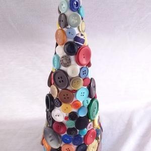 színes gomb fa_2, Otthon & Lakás, Karácsony & Mikulás, Karácsonyi dekoráció, Mindenmás, Hungarocell anyagú kúp, színes gombokkal díszítve. Magassága 20 cm, az alap átmérője 9 cm, súlya 150..., Meska