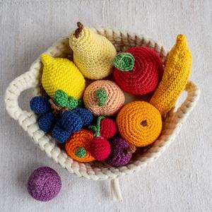 Horgolt gyümölcsök (12 db) kosárban., Játék & Gyerek, Készségfejlesztő & Logikai játék, Horgolás, Varrás, Régóta horgolok, most horgolt gyümölcsöket készítettem. A gyümölcsöket szilikonizált poliészter goly..., Meska
