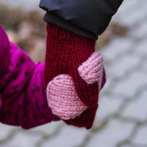 Kötött Hand in hand kesztyű, Bordó-Rózsaszín, Ruha & Divat, Páros szett, Más szülő-gyerek szett, Kötés, Varrás, A felnőtt kesztyűre varrt fél gyermekkesztyűvel könnyen foghatod gyermeked kezét séta közben. Meleg,..., Meska