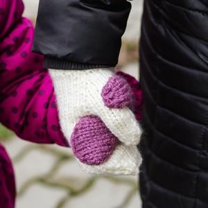 Kötött Hand in hand kesztyű, Vanília-Mályva, Ruha & Divat, Páros szett, Más szülő-gyerek szett, Kötés, Varrás, A felnőtt kesztyűre varrt fél gyermekkesztyűvel könnyen foghatod gyermeked kezét séta közben. Meleg,..., Meska