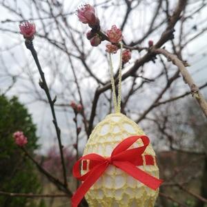 Színes horgolt húsvéti tojás masnival, Otthon & lakás, Dekoráció, Ünnepi dekoráció, Húsvéti díszek, Horgolás, Egyedileg horgolt húsvéti tojás szalag dekorációval. Hossza 8 cm, átmérője kb. 5,5 cm., Meska