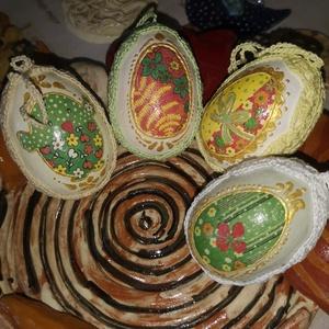 Csibés-nyuszis decupage tojások horgolt díszítéssel, Otthon & lakás, Dekoráció, Ünnepi dekoráció, Húsvéti díszek, Lakberendezés, Asztaldísz, Horgolás, Decoupage, transzfer és szalvétatechnika, Két oldalán decoupage technikával díszített hungarocell tojások, melyeken egyedileg horgolt csipke f..., Meska