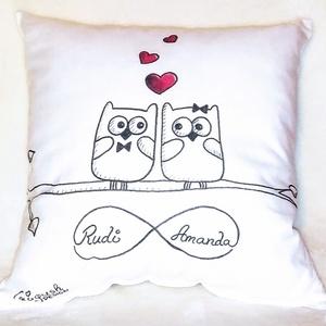 Ajándék párna szerelmes baglyos (akár névvel, dátummal is) , Lakberendezés, Otthon & lakás, Lakástextil, Párna, Szerelmeseknek, Ünnepi dekoráció, Dekoráció, Varrás, Festett tárgyak, Ez a pihe-puha párna tökélestes ajándék szerelmednek. Textilfestékkel készül (a párna hagyományos mó..., Meska