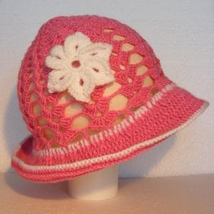 Nyári horgolt mályva színű kislány kalap 6-12 hónapos, Ruha & Divat, Babaruha & Gyerekruha, Babafotózási ruha és kellék, Nyári horgolt mályva színű kislány kalap fehér horgolt virág díszítéssel 6-9 hónapos korig. Csak egy..., Meska