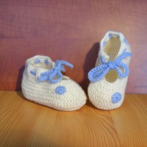 Kék fehér horgolt baba cipő  3-6 hónapos korig, Gyerek & játék, Táska, Divat & Szépség, Ruha, divat, Gyerekruha, Baba (0-1év), Cipő, papucs, Horgolás, Fehér horgolt babacipő kék díszítéssel 0-6 hónapos korig. A kis cipőt bababarát fonalból készítettem..., Meska