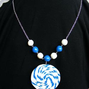Hajókötél medál, Ékszer, Nyaklánc, Medálos nyaklánc, Ékszergyurmából kézzel formázott, egyedi mintázatos élénk kék és fehér színű ízléses medál. A medált..., Meska