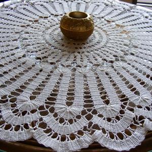 Fehér hullámos csipke terítő, Otthon & Lakás, Dekoráció, Horgolt & Csipketerítő, Horgolás, A fehér színű terítőt 100 %-os pamut horgoló cérnával horgoltam. A kikeményített terítő  átmérője 60..., Meska