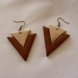 Barna-beige háromszög fülbevaló, Lógó fülbevaló, Fülbevaló, Ékszer, Ékszerkészítés, Gyurma, Ékszergyurmából egyedi, kézzel formázott, fiatalos könnyű háromszög alakú fülbevalót készítettem.\nA ..., Meska