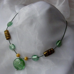Zöld - arany nyaklánc, Ékszer, Nyaklánc, Gyöngyös nyaklác, Zöld és arany színekből összeállított, fiatalos könnyű a tavasz színeit idéző nyakláncot készítettem..., Meska