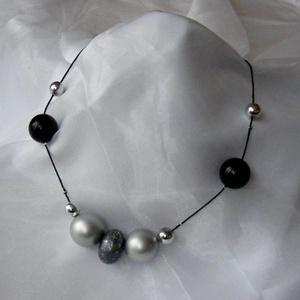 Ezüst - fekete nyaklánc, Ékszer, Nyaklánc, Bogyós nyaklánc, A fekete - ezüst - szürke színekből összeállított, fiatalos könnyű nyakláncot készítettem. A különbö..., Meska