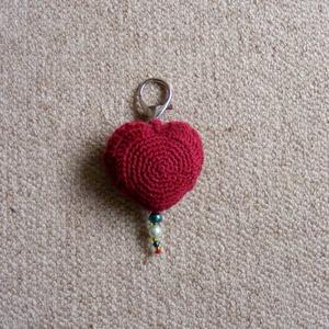 Szívecske táskadísz / kulcstartó, Otthon & Lakás, Kulcstartó szekrény, Bútor, Szív alakú kulcstartót horgoltam bordó fonalból, ami táskadíszként is használható. A meghorgolt szív..., Meska